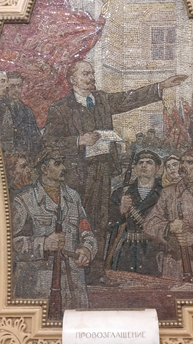 Lenin giving a speach (again, Kievskaya station)